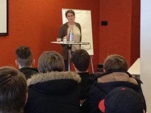 Gro Jørstad Nilsen møter juryklasse fra Os Gymnas.