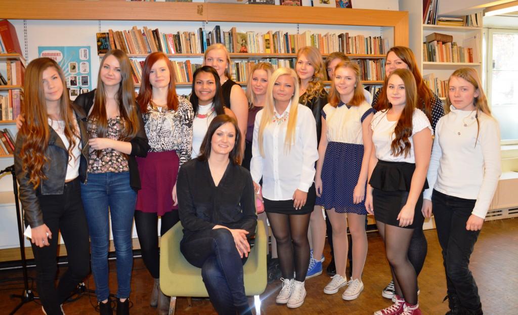 Vinner Agnes Ravatn og juryklasse fra Meløy vgs