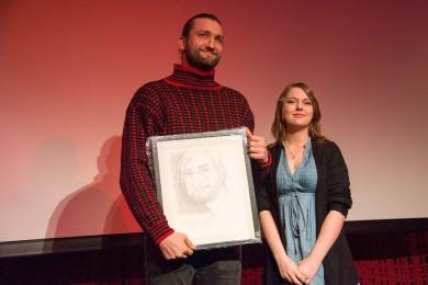 Stolt vinner: Birger Emanuelsen mottar prisen av juryrepresentant Helene Granli ved Stange vgs. Foto: Vibeke Røgler/Foreningen !les.
