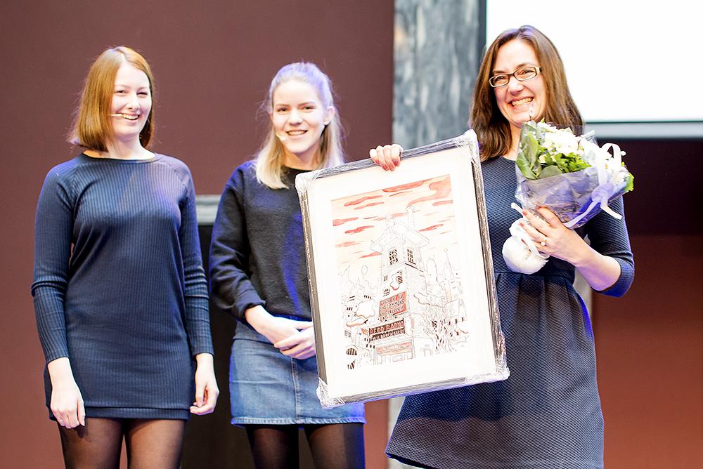 Maiken Salomonsen (Aust-Lofoten vgs) og Helene Thorkildsen (Horten vgs) deler ut prisen til Tiril Broch Aakre i 2016
