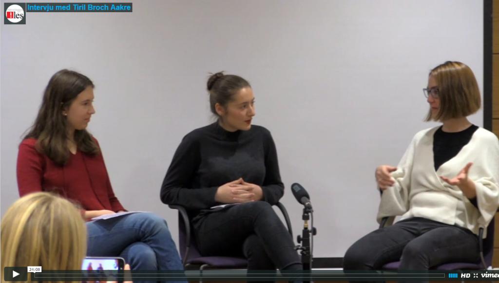 Forfatter Tiril Broch Aakre intervjues av to juryelever på lærerseminar.