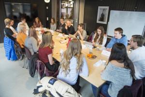 Diskusjon: Storjuryen disktuerer de nominerte bøkene i Ungdommens kritikerpris. Foto: Vibeke Røgler/Foreningen !les