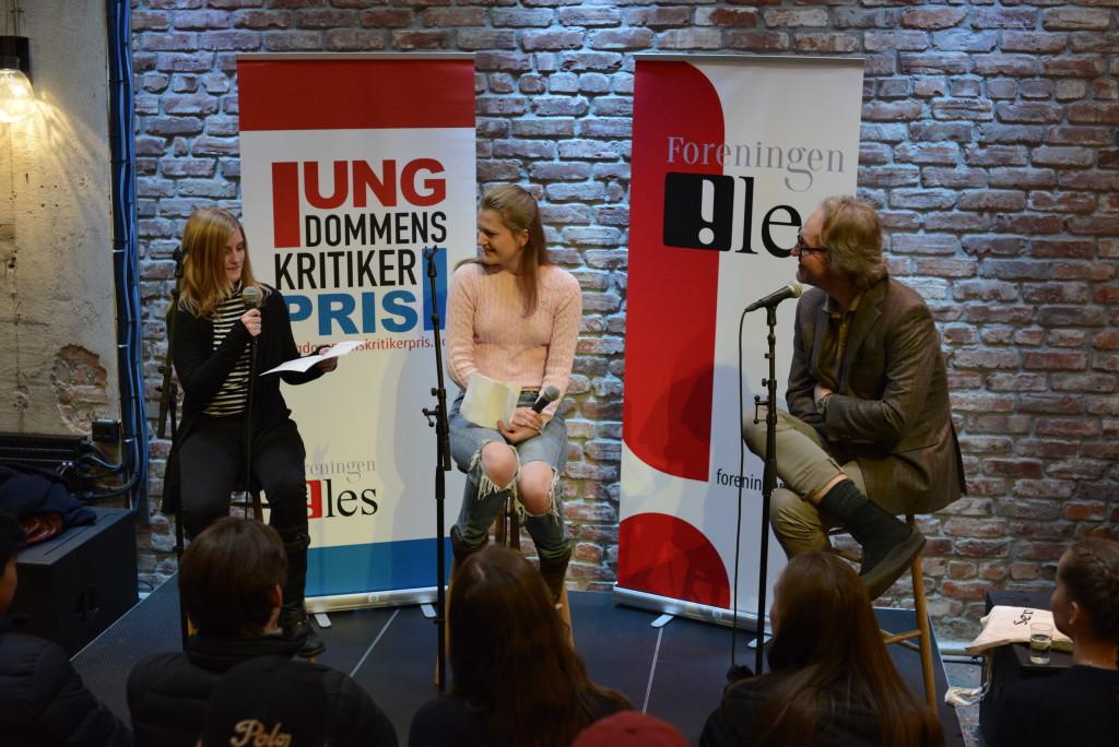 Oda Marie (t.v.) og Karen Malene intervjuer Terje Holtet Larsen. Foto Vibeke Røgler/Foreningen !les