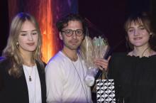 VINNEREN: Demian Vitanza sammen med programlederne Juliet og Lone fra Oslo By Steinerskole. Foto Vibeke Røgler, Foreningen !les